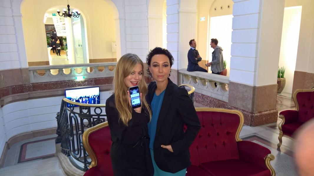 """Zoë Straub und Ursula Strauss probieren die neue App zum Film aus, die laut Entwickler """"Lügendetektor und Online-Profiler""""ist (Foto Hedi Grager)"""