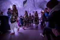 Designerin Rebekka Ruétz veranstaltete eine Fashion Show in der spektakulären Kulisse des Herminenstollens im Verwalltal (Foto Getty Images)