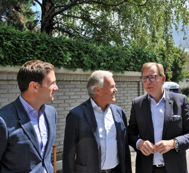 Landesrat Christian Buchmann besuchte die Schauspieler am Set in Graz und diskutierte mit den Produzenten Jakob und Dieter Pochlatko (Foto Reinhard Sudy)
