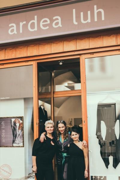 Elke Steffen-Kühnl und Babsi Schneider feierten mit ihren Gästen und der Schauspielerin Aglaia Szyszkowitz, die zum Thema Lieblingskleid eine kleine Lesung hielt (Foto Lupi Spuma)