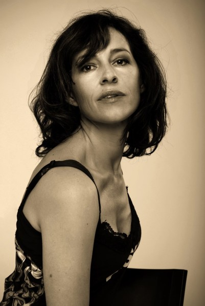 Als Schauspielerin liebt es Julia Cencig, auch Frauen mit Vergangenheit, mit Falten, mit Geschichte, mit Ecken und Kanten zu spielen (Foto Barbara Wagner/momentissimo.at)