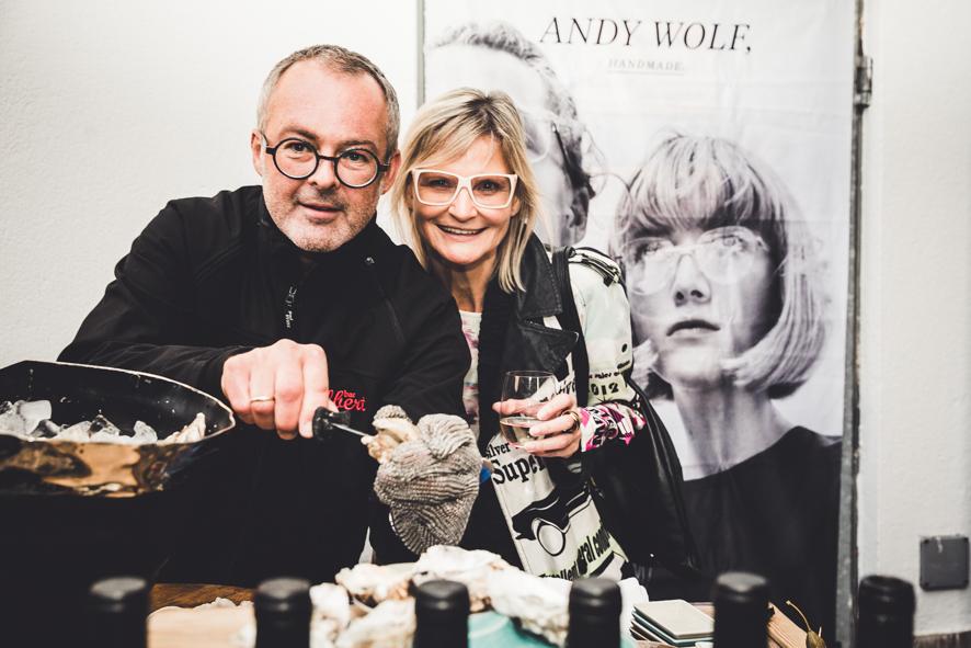 Albert Kriwetz servierte beim Jahresjubiläum des BrillenQuartiers in gewohnt charmanter Art Austern kombiniert mit Cremant und französischem Rotwein - hier mit Hedi Grager (Foto lupispuma)