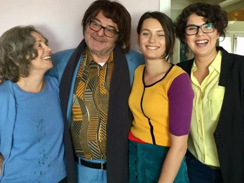 Viel Spaß haben die Schauspieler Gisela Schneeberger, Erwin Steinhauer, Ella Rumpf und Brigitta Kanyaro.