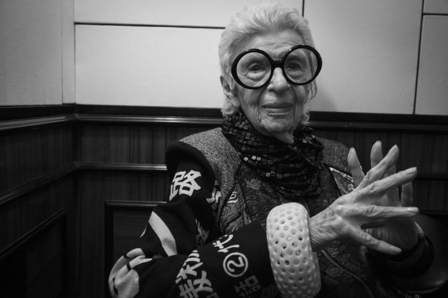 Die quirlige 95-Jährige Iris Apfel freute sich auch über die Sachertorte, die ihr Marjan Firouz aus Wien mitbrachte (Foto Inge Prader)