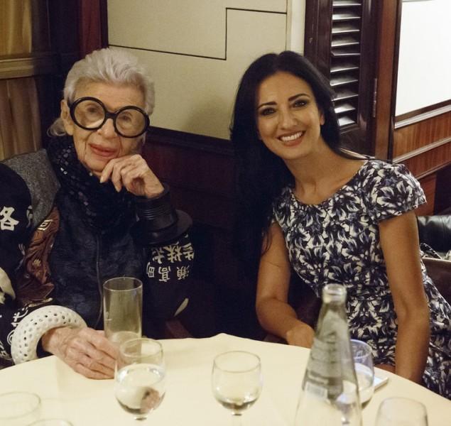 Iris Apfel wurde heuer bei den Vienna Awards in Wien als Style Icon International ausgezeichnet, konnte den Preis aber nicht persönlich entgegennehmen. Deshalb brachten Vienna Awards-Organisatorin Marjan Firouz (im Bild mit Iris Apfel) und Fotografin Inge Prader ihr den Award nach New York (Foto Inge Prader)