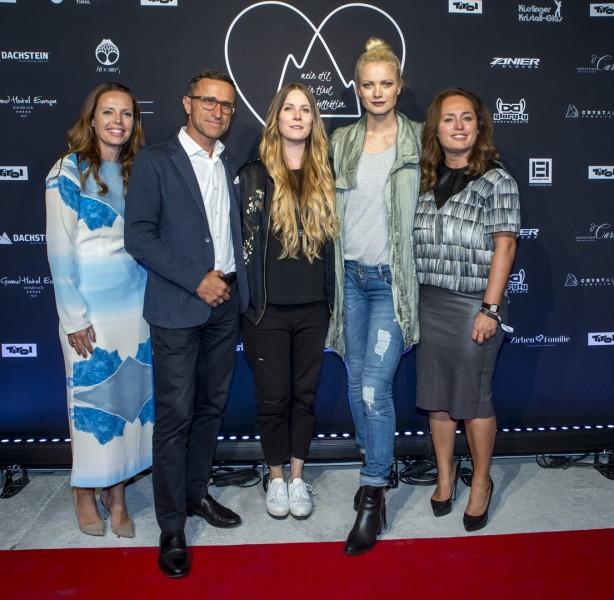 Claudia Pichler (Geschäftsführerin Tirol Shop), Josef Margreiter (Geschäftsführer der Tirol Werbung), Rebekka Ruétz, Franziska Knuppe und Claudia Knab (Leiterin des Markenmanagements Tirol Werbung). (Foto Getty Images)