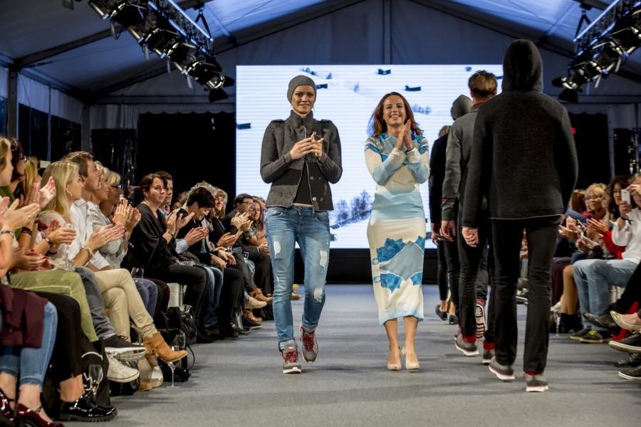 Topmodel Franziska Knuppe für Kollektion Tirol mit Claudia Pichler, Geschäftsführerin Tirol Shop (Foto Getty Images)