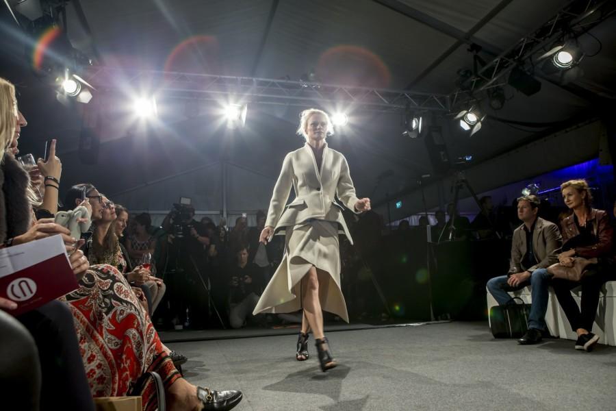 Topmodel Franziska Knuppe in einer Kreation von Rebekka Ruétz (Foto Getty Images)