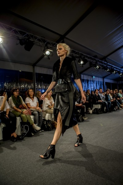 Topmodel Franziska Knuppe in einer Kreation von Rebekka Ruétz (Foto Getty Images)