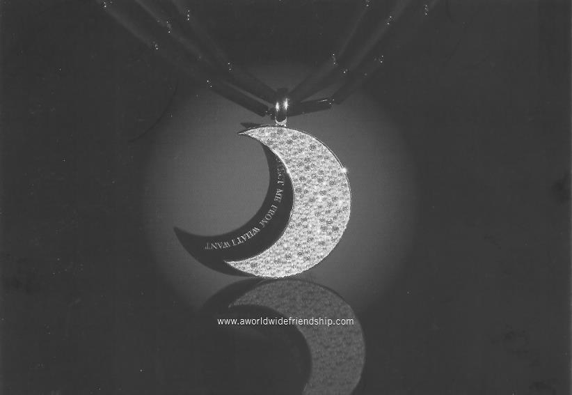 """Hinter dem diamantenen Halbmond befindet sich eine schwarze Onyx-Sichel, die durch Vorschieben sichtbar gemacht werden kann und die eingravierten Worte Jenny Holzers """"Protect Me From What I Want"""" zeigt."""