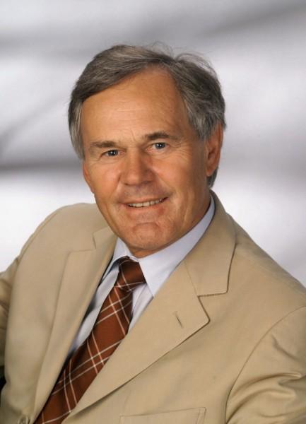 Dieter Pochlatko ist ein erfolgreicher österreichischer Filmproduzent und Unternehmer. Seine Karriere begann als Kameramann, seit 1969 ist