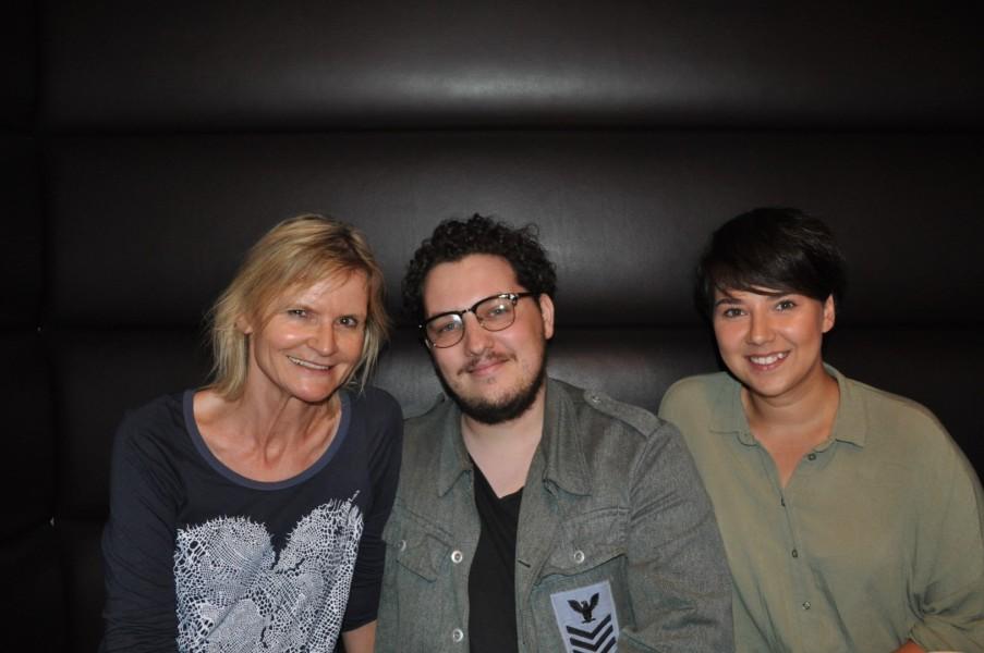Hedi Grager im Gespräch mit den erfolgreichen Jungschauspielern Mario Canedo und Brigitta Kanyaro (Foto Reinhard Sudy)