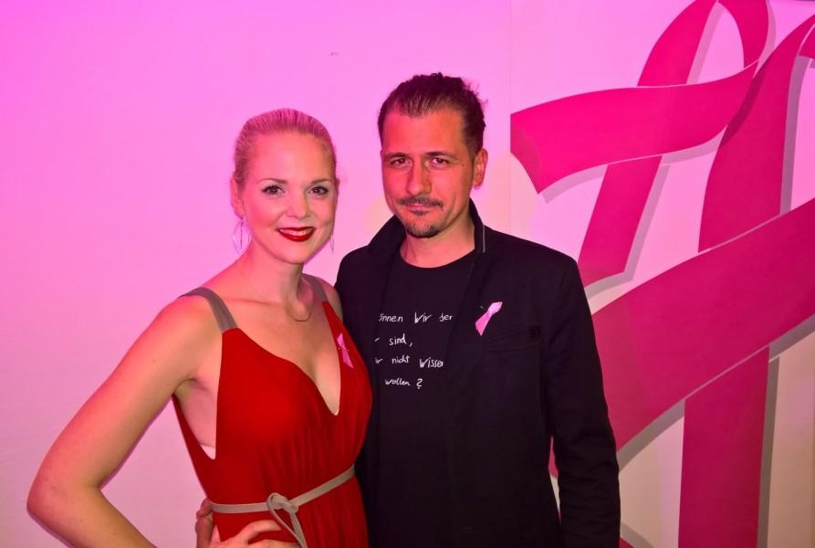 Mit Ehemann Christoph Reicho alias CALiM bei der Präsentation des Pink Ribbon Kalender 2017 in Hartberg, zu der Designerin und Projektinitiatorin Eva Poleschinski lud (Foto Hedi Grager)