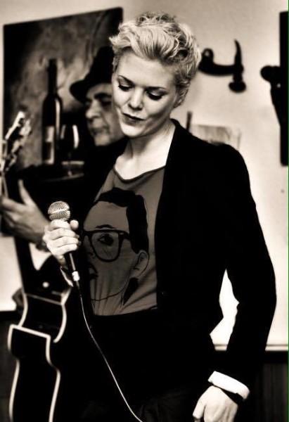 Sigrid Spörk ist eine unglaublich vielseitige Künstlerin. Hier bei einem ihrer Auftritte als Sängerin  (Foto privat)