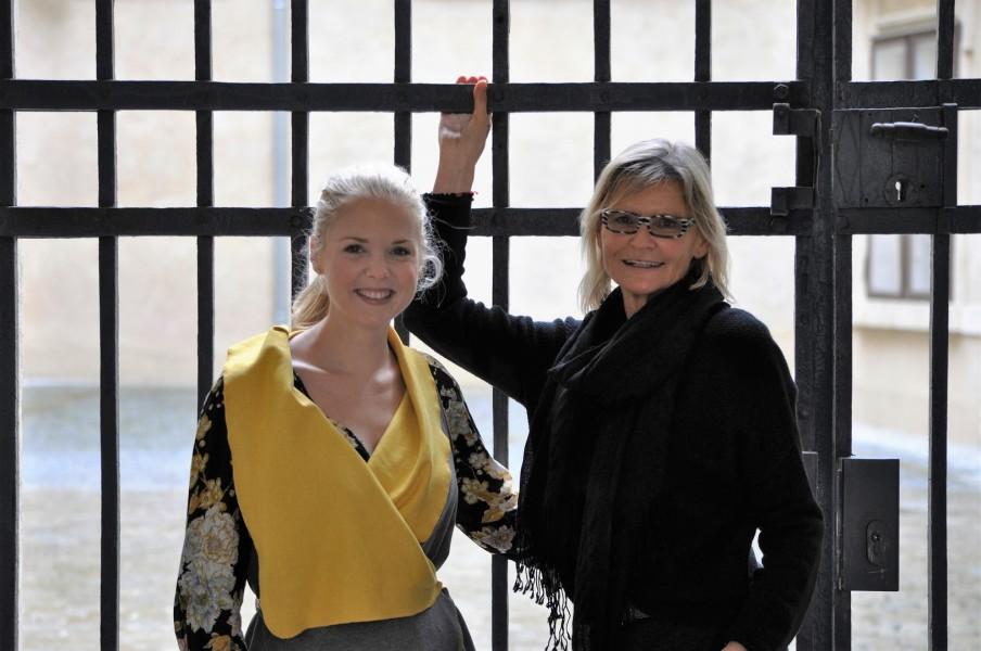 Die Künstlerin Sigrid Spörk und Hedi Grager im schönen Innenhof des Restaurants OHO im Grazer Joanneumsviertel (Foto Reinhard Sudy)