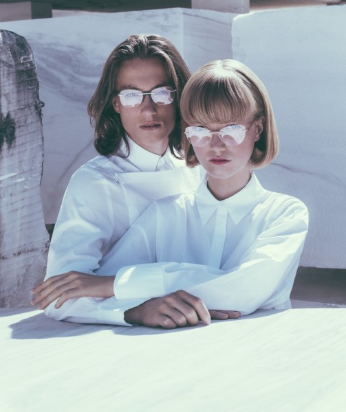 Die deutschen Modelgeschwister Lou und Nils Schoof sind die neuen Gesichter der Metallbrillenkollektion WHITE HEAT von ANDY WOLF EYEWEAR (Foto Elizaveta Porodina)