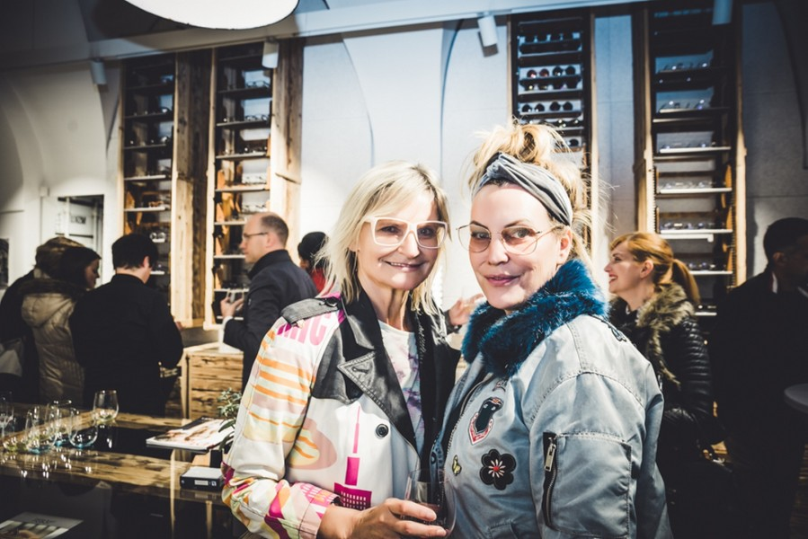 ANDY WOLF's Brillenpaternoster im Grazer BrillenQuartier. Hedi Grager mit Designerin Katharina Schlager (Foto Lupi Spuma)