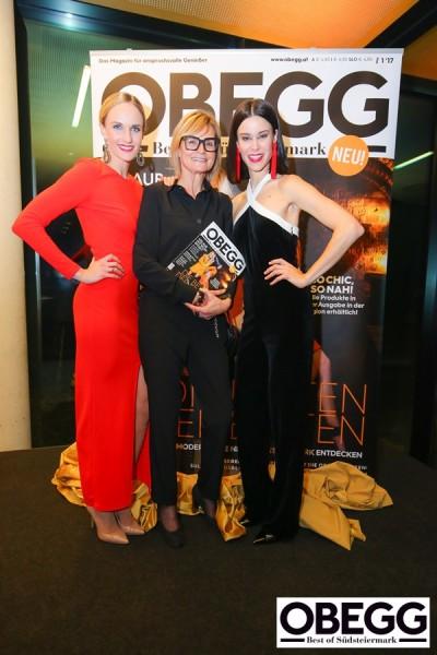 Die gefragten Models Patricia Kaiser (li) und Kerstin Lechner am Cover der ersten Ausgabe des neuen Magazins OBEGG - Best of Südsteiermark, hier mit Journalistin/Bloggerin Hedi Grager (Foto Moni Fellner)