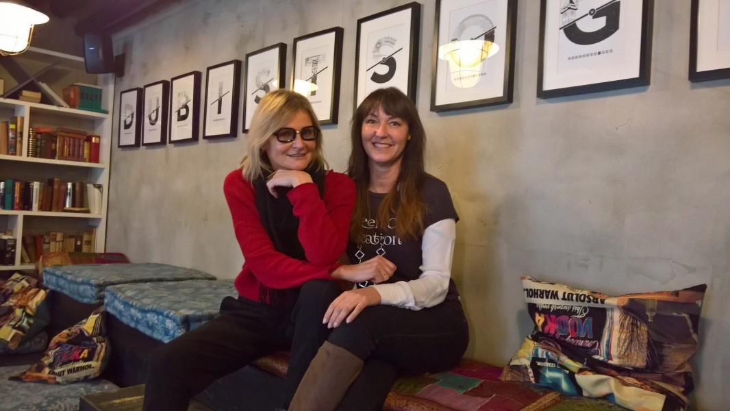 """Auch Sylvia Baumhackl, hier mit Hedi Grager, kommt gerne ins """"Cafe Mitte"""". Im Hintergrund """"Du bist so Graz"""" (Foto privat)"""