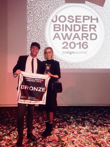 Katharina Seiler, Agentur Nebulabor, und Rene Koch, Cafe Mitte, freuen sich über den Joseph Binder Abward 2016 (Foto beigestellt)