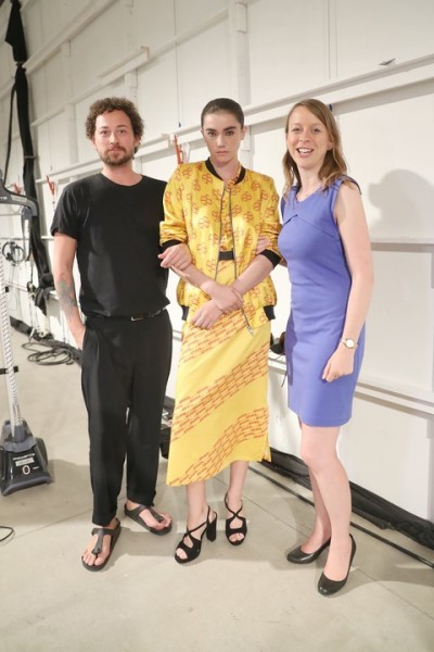 Marcel Ostertag Show in New York: Ein Model mit einem DHL Exported outfit und Sabrina Asendorf backstage mit Marcel Ostertag(Photo by Rob Kim/Getty Images for IMG Fashion)