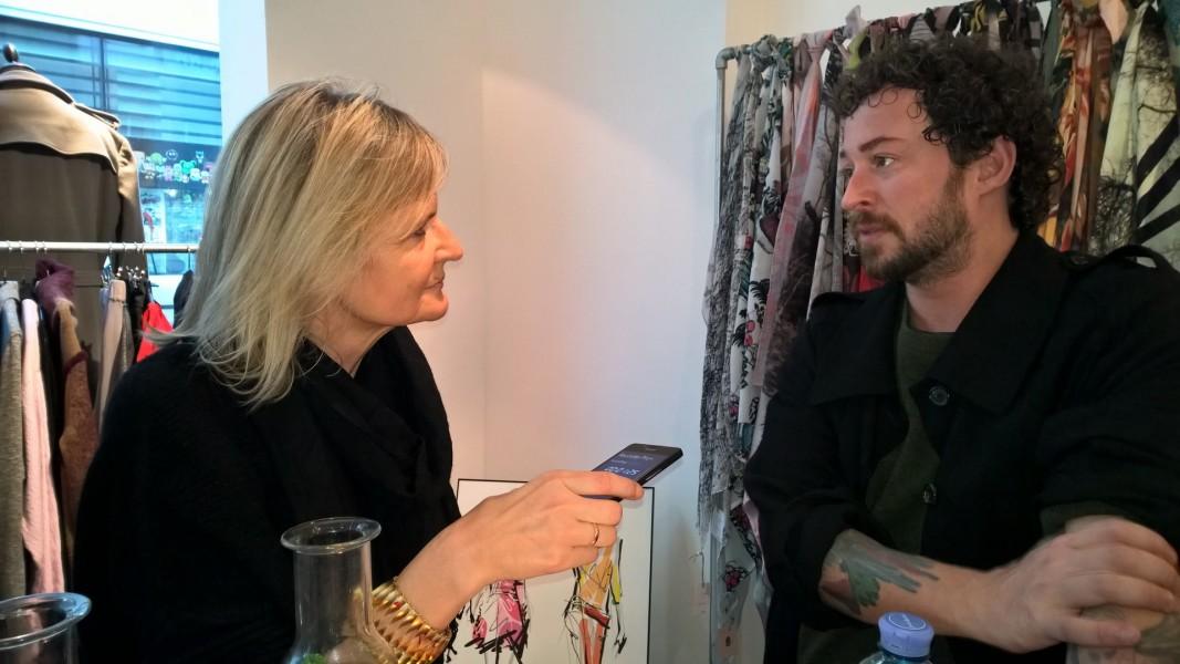 Die Kollektionen des Designers Marcel Ostertag, hier im Gespräch mit Hedi Grager, sind high Fashion und avantgardistisch angehaucht (Foto Reinhard Sudy)