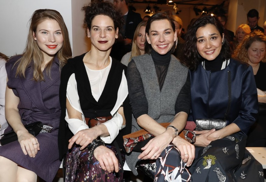 Die Schauspielerinnen Nora von Waldstätten, Bibiana Beglau, Christiane Paul und Dorka Gryllus besuchten die Show von Dorothee Schumacher (Photo Getty Images)