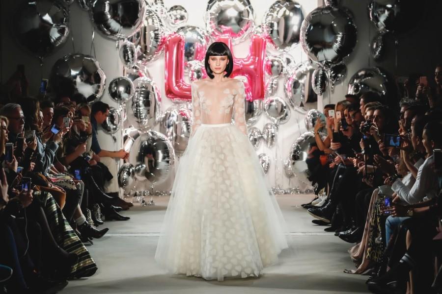 Lena Hoschek zeigte auf der Berliner Fashion Week ein mit gestickten Herzen übersätes Brautkleid aus Tüll. Um den Girly-Look zu komplettieren, entwarf die Designerin außerdem sexy Glitter-Pumps, die wie gewohnt in einer kleinen italienischen Schuhmanufaktur hergestellt wurden (Photo by Frazer Harrison/Getty Images)