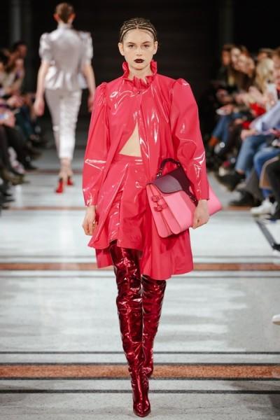 Wie immer bei Marina Hoermanseder: Lack, Korsagen, Schnallen und Lederriemen. Neu die Farbe Schwarz, aber auch viel Pink (Foto Stefan Kraul)