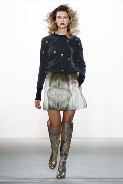 Rebekka Ruetz lässt ihre Models teilweise mit schenkelhohen glitzernden Stiefel laufen (Photo by Peter Michael Dills/Getty Images)