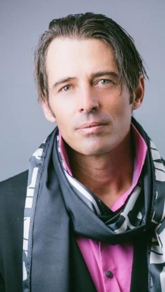 """Der erfolgreiche Tennis-Coach, Model und Schauspieler Thomas Grassberger ist ein """"Vorwärts-Denker"""" (Foto beigestellt)"""