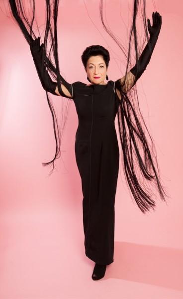 Mit Augmented Reality Technik wird in Echtzeit eine Anzeige von Kleiderstücken über ein Video des Körpers der Kundin gelegt. So sieht diese sich selbst mit dem von ihr online kreierten Kleid im Spiegel (©Barbara Nidetzky Fotografie)