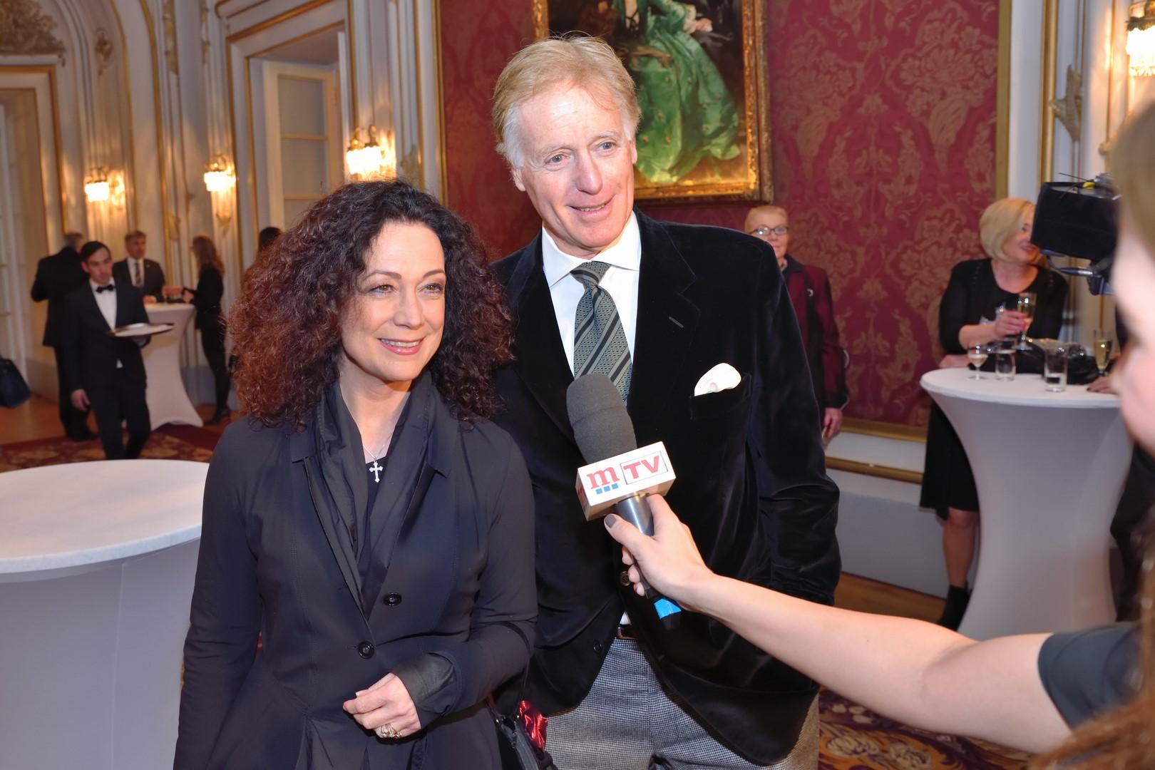 Die Schauspieler Barbara Wussow und Albert Fortell spendeten gerne für den guten Zweck (Foto Helmut Tremmel)