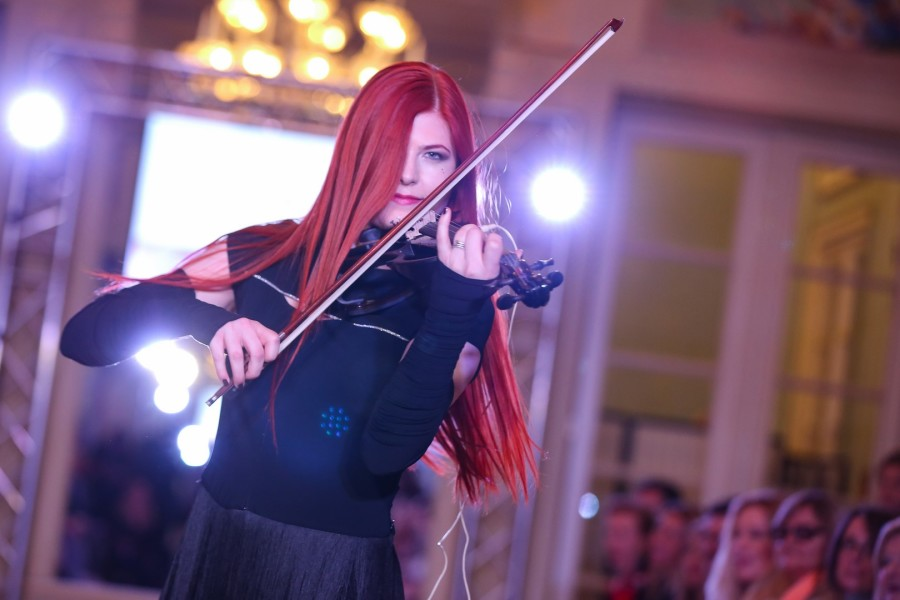 Die Musikerin und Violinistin Lisa Marie Schalk begeisterte nicht nur mit ihrer Violine, sondern vor allem auch mit Ihrer Stimmgewalt (Foto Moni Fellner)