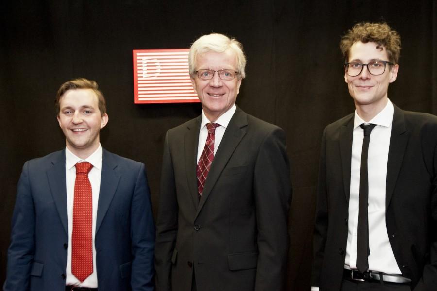 Die Intendanten Peter Schernhuber und Sebastian Höglinger mit Gerhard Fabisch, Vorstand der Steiermärkischen Sparkasse, dem neuen Hauptsponsor der Diagonale (Foto Diagonale/Miriam Raneburger)