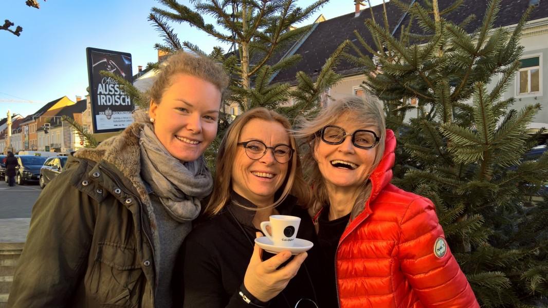 Sarah Schober auf 'Heimaturlaub' in Leibnitz - dazu gehört natürlich ein Besuch bei Trixi im Cafe Elefant. Sarah Schober, Trixi Drennig und Hedi Grager (Foto Reinhard Sudy)