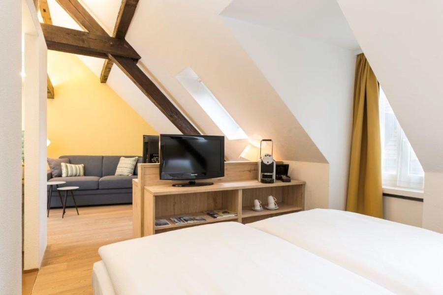 Hotelchefin Sigi Gübeli macht es ihren Gästen so bequem wie möglich - und das brachte ihr bereits zahlreiche Prämierungen ein wie den 'Summer Hot Spots' 2011 oder den 'Best of Swiss Gastro' 2013 (Foto Platzhirsch)