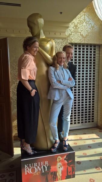 """Programmdirektorin Kathrin Zechner bezeichnete die Partnerschaft zwischen KURIER und ORF als """"tragfähige Ehe"""", der auch Meinungsverschiedenheiten nichts anhaben können. """"Es ist nicht hoch genug zu schätzen, was so ein deutschsprachiger Fernsehpreis bedeutet. Es ist eben auch eine Publikumswahl."""" Hier mit Patricia Aulitzky und Max Müller (Foto Hedi Grager)"""
