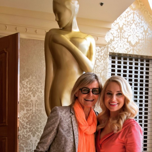 Moderatorin Silvia Schneider freut sich über ihre Nominierung. Hier mit Journalistin und Bloggerin Hedi Grager bei der offiziellen Bekanntgabe der Nominierungen im Wiener Grand Hotel.