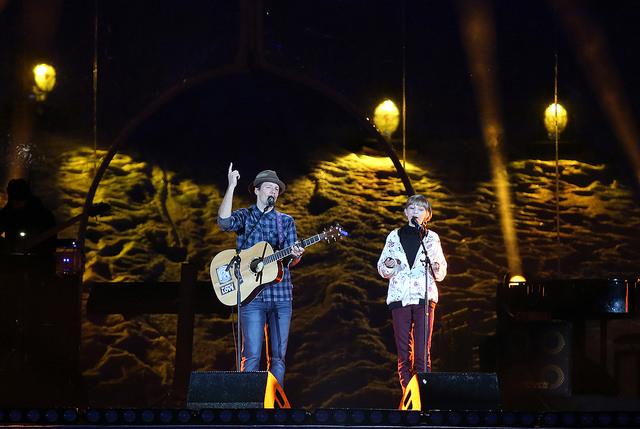 Gemeinsam traten die beiden US-Superstars Jason Mraz (zweifacher Grammy-Gewinner) und America's Got Talent-Gewinnerin Grace VanderWaal auf (Foto GEPA Pictures/Special Olympics)
