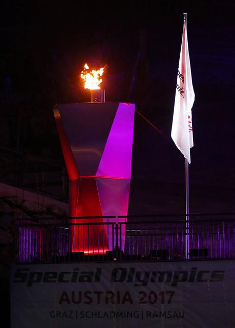 Siegfried Mayr, ein oberösterreichischer Langläufer, entzündete die Feuerschale - zeitgleich begannen in allen österreichischen Host-Towns die Kirchenglocken zu läuten. Und auch an den beiden anderen Austragungsorten - Graz und Ramsau – begann die Flamme der Hoffnung zu brennen (Foto GEPA Pictures/Special Olympics)