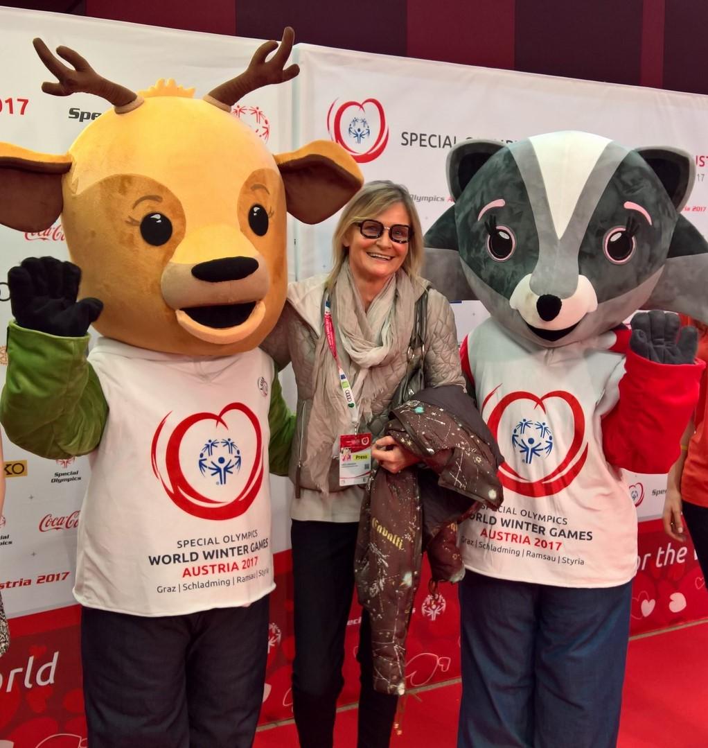 Die Special Olympics Maskottchen Lara & Luis, hier mit Journalistin und Bloggerin Hedi Grager.