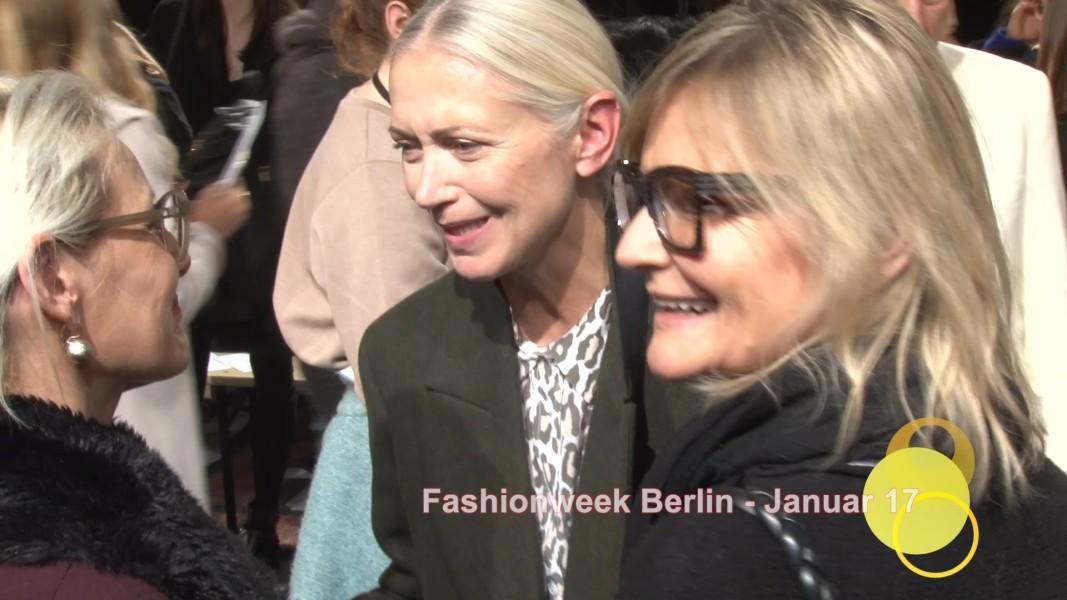 Vogue-Chefin Christiane Arp nahm sich nach der Show von Marina Hoermanseder kurz Zeit für ein Gespräch mit RoseLinde Friedrich, MK Fashion Magazine, und Hedi Grager, www.hedigrager.com (Foto MK Fashion Magazine)