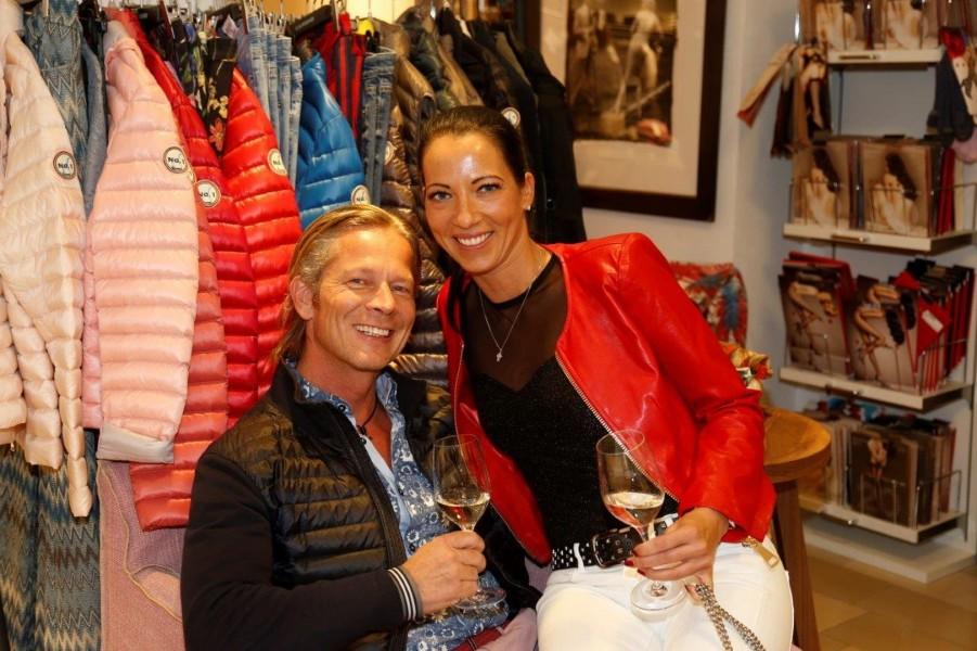 Auch bit-Geschäftsführer Manfred Brandner liess sich mit Freundin Sandra Breznik die neuesten Modetrends nicht entgehen (Foto Manfred Lach)