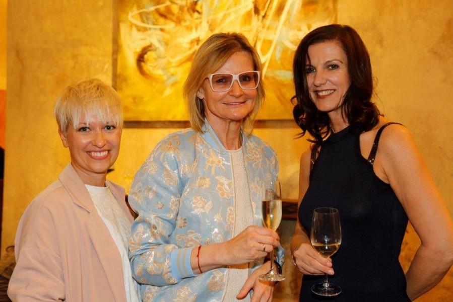 Journalistin/Autorin Tina Veit-Fuchs und Journalistin/Bloggerin Hedi Grager bei der Vernissage Femmes choc bei Gangl Interieur, hier mit Malerin Asma Eva Kocjan (Foto Manfred Lach)