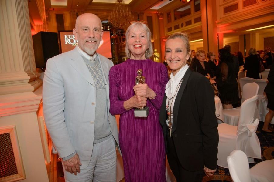 John Malkovich überreichte seiner langjährigen Freundin Birgit Hutter, hier mit ORF-Prorammdirektorin Kathrin Zechner, die Romy (Foto Kurier/Rainer Gregor Eckharter)