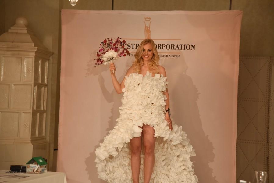 """Magdalena Leitner hier in einem der """"Hochzeitskleider"""", die das CHT-Graz Duo Arno Körbler und Stefan Krar eigens für die Miss Styria Wahl 2017 aus Küchenrollenpapier designten (Foto MAC/Conny Pail)"""
