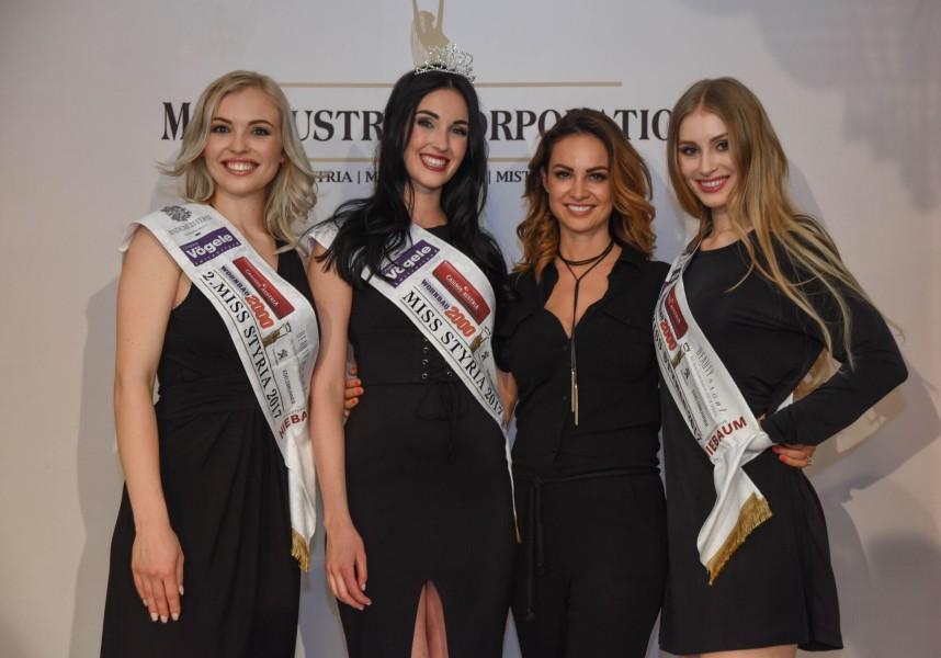 Miss Styria 2017 Andrea Jörgler mit Vize-Miss Magdalena Leitner und Sarah Flicker, hier mit Miss Austria Corporation Geschäftsführerin Silvia Schachermayer (2.v.r) (Foto MAC/Conny Pail)