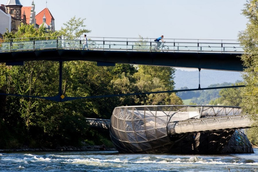 Auf der Murinsel Graz - die 'Insel' des New Yorker Künstlers Vito Acconci – findet bei Schönwetter erstmalig die Street Fashion Show statt (Foto Harry Schiffer)