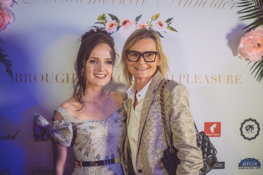 Auch Designerin Eva Poleschinski und Journalistin/Bloggerin Hedi Grager gratulierten Silvia Schneider zu ihrer gelungenen Kollektion und dem großartigen Abend (Foto Jenni Koller)